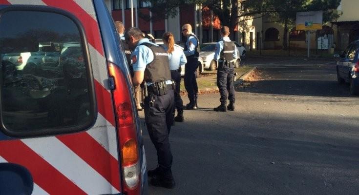 les-gendarmes-devant-l-entree-du-lycee-d-andernos-les-bains_3431910_800x400