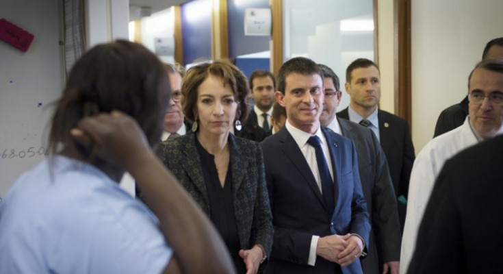 French Prime Minister Manuel Valls (C) and French minister for Social Affairs, Health and Women's Rights Marisol Touraine (L) visit La Pitie-Salpetriere hospital on February 27, 2015 in Paris, as France is facing the worst flu epidemic of the past five years. POOL AFP PHOTO MARTIN BUREAU